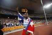 图文:男子110米栏罗伯斯夺冠 比赛后庆祝