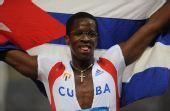 图文:男子110米栏罗伯斯夺冠 身披国旗很顽皮