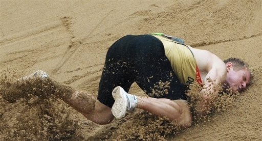 三级跳沙坑_8月21日,一位选手在奥运会男子三级跳的比赛中动作失误,跌落沙坑.