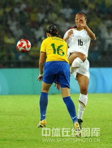 图文:奥运女足决赛美国对阵巴西 双方拼抢