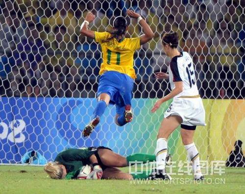 图文:奥运女足决赛美国对阵巴西 守门员扑救