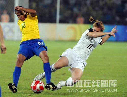 图文:奥运女足决赛美国对阵巴西 铲抢玛塔