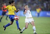 图文:女足美国队夺冠 巴西队球员玛塔拼抢中