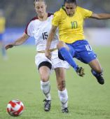 图文:女足美国队夺冠  美国队球员凯瑟琳拼抢