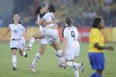 图文:女足美国队夺冠 美国队球员在庆祝进球