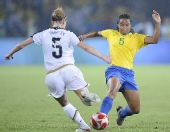 图文:女足美国队夺冠 巴西队雷娜塔·科斯塔