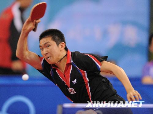 8月21日,韩国选手柳承敏在比赛中。当日,在北京大学体育馆举行的北京奥运会乒乓球男单第三轮比赛中,柳承敏以2比4负于中国香港选手高礼泽,未能晋级。 新华社记者徐昱摄