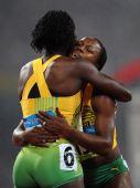 图文:女子200米牙买加选手夺冠 斯图尔特拥抱
