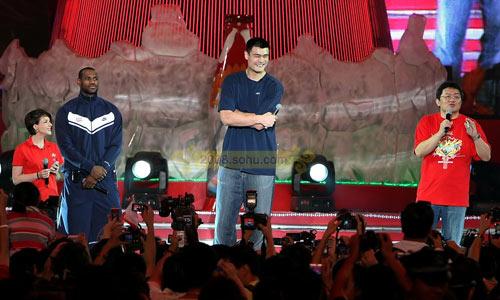 中美篮球巨星姚明詹姆斯聚首