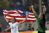 图文:女足美国队夺冠 美国队球员克丽丝蒂庆祝