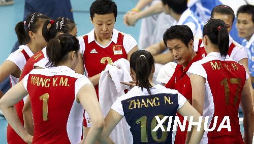 8月21日,中国队主教练陈忠和在比赛暂停间隙为球员布置战术。当日,北京奥运会女排半决赛在首都体育馆进行,中国队以0比3负于巴西队,无缘决赛。新华社记者凡军摄