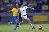 图文:女足美国队夺冠 与巴西队球员桑托斯拼