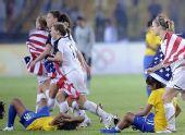 图文:女足美国队夺冠 美国队球员在赛后庆祝