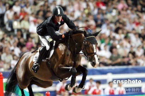 八月二十一日晚,在香港举行的奥运马术项目比赛进行最后一天赛事,英国选手本·马厄在场地障碍赛个人决赛上表现出色,在A轮赛上获得零罚分。 中新社发 洪少葵