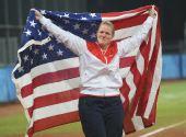 图文:垒球美国队获得亚军 美国队队员斯泰茜