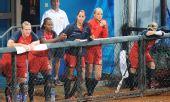 图文:垒球美国队获得亚军 美国队队员比赛结束
