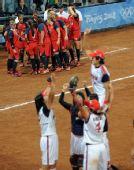 图文:垒球美国队获得亚军  本队队员庆祝时