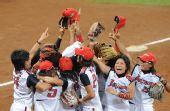 图文:垒球日本队夺冠 日本队队员庆祝胜利