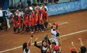 图文:垒球日本队夺冠 日本队庆贺获得金牌