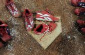 图文:垒球告别奥运 垒球鞋摆放在本垒上