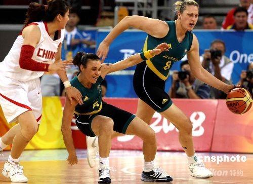 北京奥运会女子篮球半决赛8月21日晚在五棵松篮球馆开战,身穿传统白色球衣的中国队与衣着时尚性感球衣的澳大利亚队争夺决赛权,上半时中国队以18比34大比分落后澳大利亚。 中新社发 任晨鸣 摄