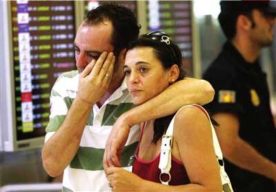 8月20日,失事客机乘客的家属抵达西班牙马德里机场。新华社/路透
