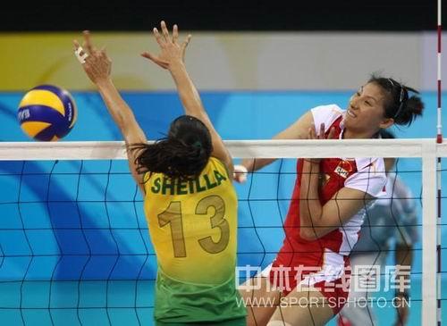 图文:奥运半决赛中国女排VS巴西 扣杀不重