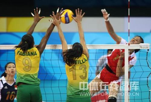 图文:奥运半决赛中国女排VS巴西 扣杀对手遭劫