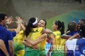 图文:奥运半决赛中国女排VS巴西 抱住一起