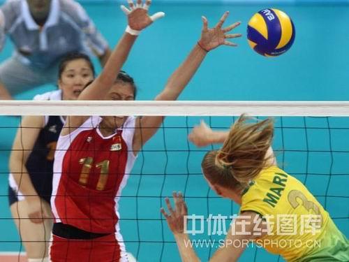 图文:奥运半决赛中国女排VS巴西 拦网中