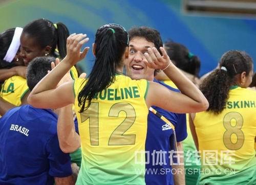 图文:奥运半决赛中国女排VS巴西 教练也很兴奋