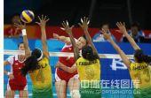 图文:奥运半决赛中国女排VS巴西 王一梅扣球中