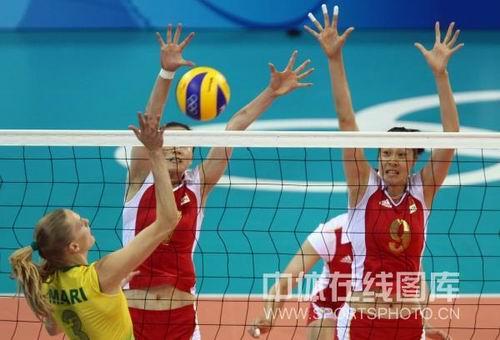 图文:奥运半决赛中国女排VS巴西 积极的封盖