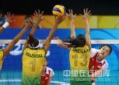 图文:奥运半决赛中国女排VS巴西 网上争夺