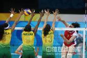 图文:奥运半决赛中国女排VS巴西 网上争夺激励