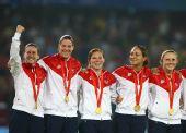 图文:美国队获女足金牌 在领奖台上