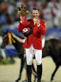 图文:奥运马术场地障碍个人赛金牌 手捧着鲜花