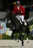 图文:奥运马术场地障碍个人赛金牌 庆祝胜利
