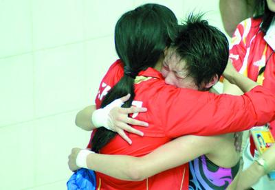 赛后,陈若琳抱住中国跳水队领队周继红喜极而泣