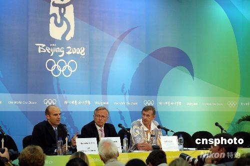 八月二十一日傍晚,在香港进行的奥运马术赛上,国际马术联会召开记者会,宣布巴西、德国、爱尔兰及挪威选手的四匹参赛马匹呈阳性反应,事件正在处理中。 中新社发 洪少葵 摄