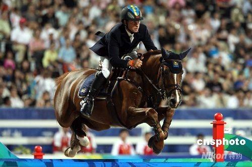 八月二十一日晚,奥运马术项目比赛的最后一天,瑞典选手罗兰夫-约兰·本特松在香港沙田飞跃障碍,夺得奥运马术场地障碍赛个人赛银牌。 中新社发 洪少葵 摄