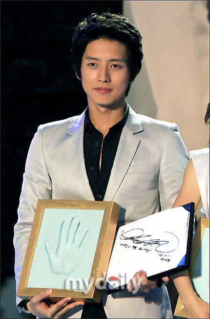 朴海镇展示手印和签名