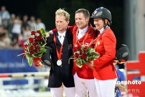 八月二十一日晚,来自加拿大的选手埃里克·拉马兹(中)获得奥运马术场地障碍赛个人赛金牌,瑞典选手罗兰夫-约兰·本特松(左)获银牌,铜牌则由美国选手比齐·马登获得。 中新社发 洪少葵 摄