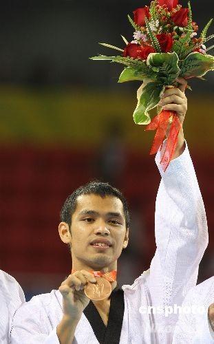 8月21日,北京奥运跆拳道比赛在北京科技大学体育馆举行,中华台北队宋玉麒(右)在铜牌赛中击败德国选手获得铜牌。 中新社发 CNAsports 摄