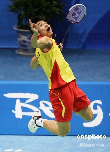资料图:8月17日晚,中国选手林丹在北京奥运会羽毛球男单决赛中以2:0战胜马来西亚选手李宗伟,夺得冠军。 中新社发 武仲林 摄