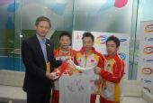 中国奥运体操冠军将签名T-Shirt赠给三星OR@S