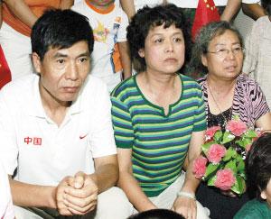 田佳父母正在观看比赛 摄影 崔跃勇