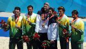 图文:男子沙滩排球颁奖 前三名领奖台上