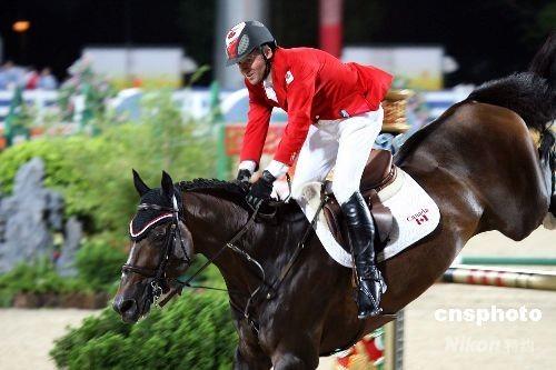 八月二十一日晚,在香港举行的奥运马术项目比赛进行最后一天赛事,加拿大选手埃里克·拉马兹技压群雄,夺得奥运马术场地障碍赛个人赛金牌。 中新社发 洪少葵 摄