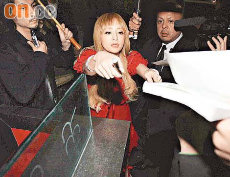 去年在庆祝完全个唱的庆功宴上,滨崎步也被杂志拍下醉酒的照片